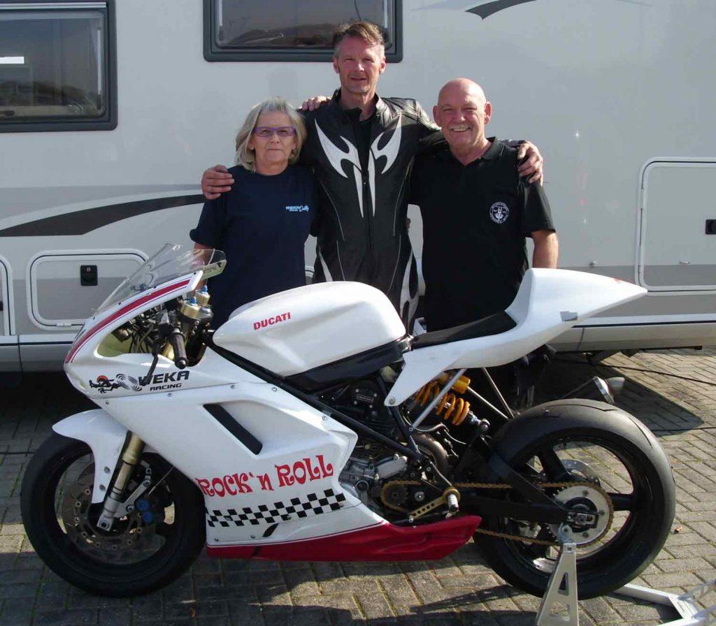 Hans Passberger mit seiner Ducati im Fahrerlager