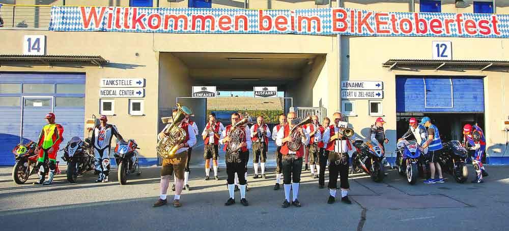 Motorradfahrer und Blaskapelle beim Biketoberfest 2019 in Oschersleben