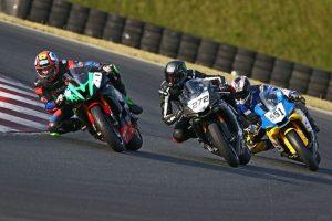 3 Motorräder auf der Rennstrecke